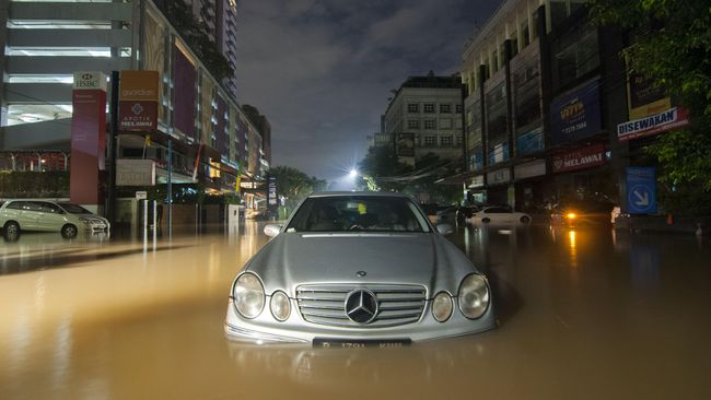 Pertolongan Pertama Saat Mobil Terendam Banjir