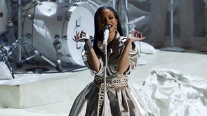 Rihanna pun Antre Gunakan Toilet Umum