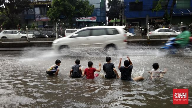 Hujan Deras, Pohon Tumbang dan Banjir 'Kepung' Jakarta