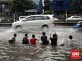 Hujan Deras Jakarta Sebabkan Banjir & Robohkan Papan Reklame