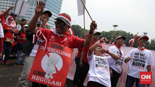 Karyawan Telkom dan Telkomsel menilai Menteri Komunikasi dan Informatika Rudiantara melakukan penurunan tarif interkoneksi untuk mencari popularitas dan hanya menguntungkan operator asing yang beroperasi di Indonesia. (CNN Indonesia/Safir Makki)