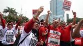 Demonstran yang berjumlahsekitar 1.500 karyawan Telkom dan Telkomsel,menilai Menkominfo Rudiantara terlalu berpihak kepada operator lain melalui rencana revisi biaya ini. (CNN Indonesia/Safir Makki)