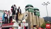 Karyawan bergantian menjadi orator memprotes rencana penurunan biaya interkoneksi yang digagas oleh Menkominfo dan rencananya akan berlaku pada 1 September 2016. (CNN Indonesia/Bintoro Agung)