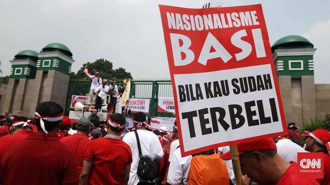 Demonstran menilaiTelkom akan merugi hingga Rp81 per sambungan interkoneksi jika tarif interkoneksi turun jadi Rp204, sementara operator seluler lain diuntungkan. (CNN Indonesia/Safir Makki)