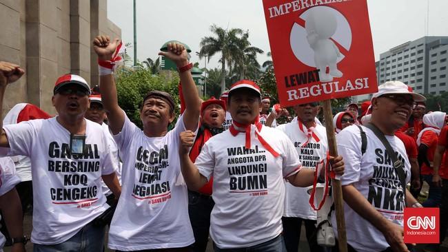 Demonstran menilai rencana tersebut bagi Telkom dan Telkomsel akan merugikan perusahaan pelat merah ini hingga Rp800 miliar. (CNN Indonesia/Safir Makki)