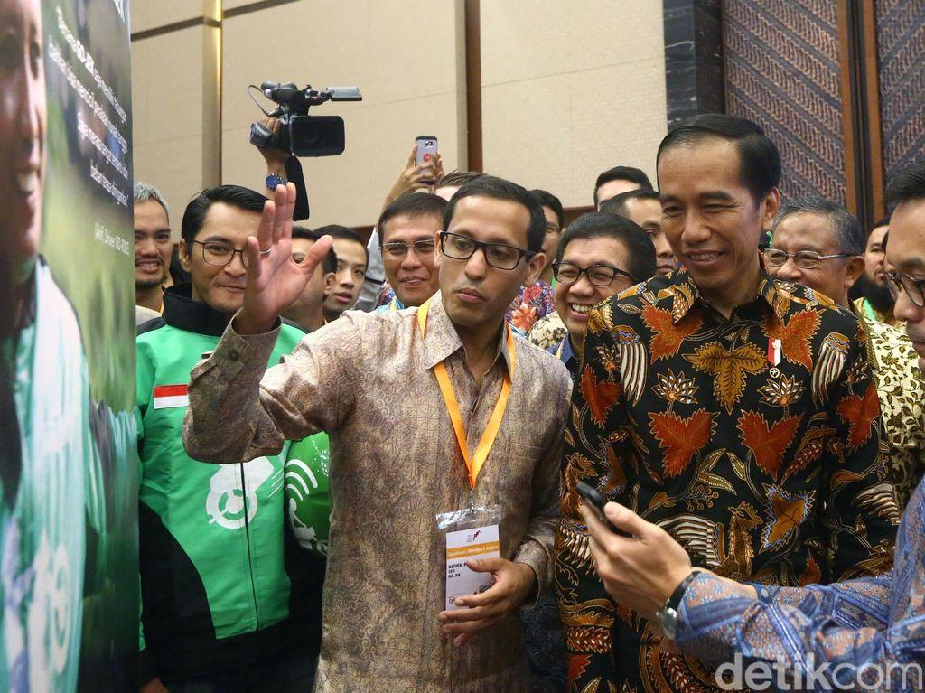 Namun ada kalanya Nadiem tampil resmi seperti saat mendampingi Presiden Joko Widodo. (Foto: Rengga Sancaya/detikcom)