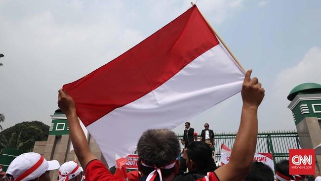 Sejumlah karyawan Telkom dan Telkomsel yang tergabung dalam Serikat Karyawan Telkom dan Federasi Serikat Pekerja BUMN Strategis, melakukan unjuk rasa di depan Gedung DPR Jakarta memprotes rencana pemerintah menurunkan tarif interkoneksi seluler, Selasa (30/8). (CNN Indonesia/Safir Makki)