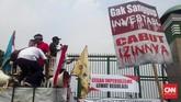 Demonstran menyerukan agar pemerintah mencabut izin operator seluler bagi perusahaan telekomunikasi yang enggan membangun infrastruktur telekomunikasi ke daerah pelosok atau perbatasan. (CNN Indonesia/Bintoro Agung