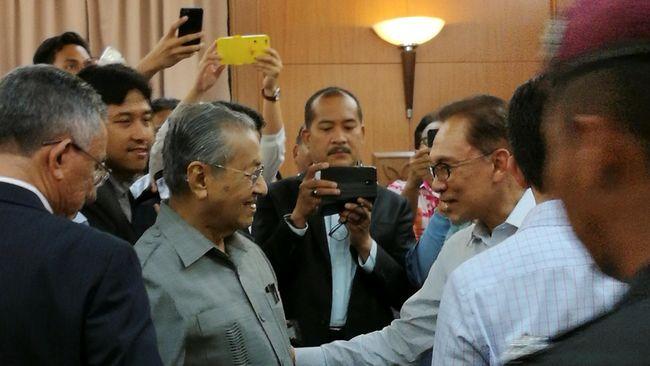 Naik-Turun Hubungan Anwar Ibrahim dengan Mahathir Mohamad