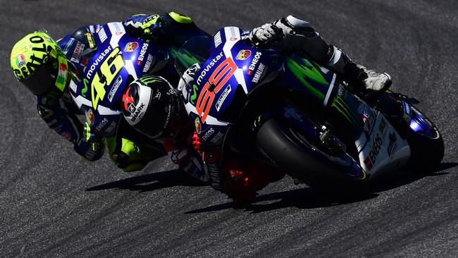 Hubungan Lorenzo dan Rossi memanas di MotoGP 2015. Kedua pebalap berebut gelar dan akhirnya Lorenzo sukses menjadi juara di akhir musim. (AFP PHOTO / GIUSEPPE CACACE