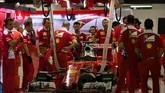 Nasib buruk dialami juara GP Singapura musim lalu, Sebastian Vettel. Kerusakan mobil membuatnya gagal lolos dari kualifikasi sesi 1 (Q1), sehingga ia akan memulai balapan dari grid paling belakang. (AFP PHOTO / POOL / Jeremy LEE)