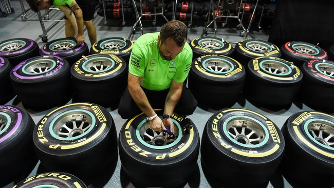 Dengan minimnya overtake, strategi pemilihan ban dan pitstop akan sangat krusial bagi para pebalap yang ingin mendapatkan hasil baik. (AFP PHOTO / Anthony WALLACE)