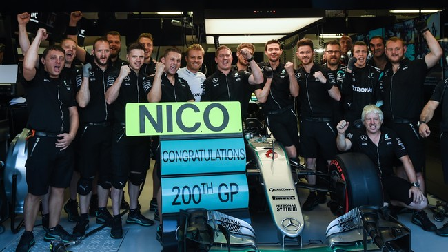 GP Singapura pun menjadi satu pencapaian tersendiri bagi Nico Rosberg. Ia akan menjajal seri ke-200 dalam kariernya. Rosberg bisa memulai balapan dengan hati yang riang sebagai pemegang posisi pole. (AFP PHOTO / Anthony WALLACE)
