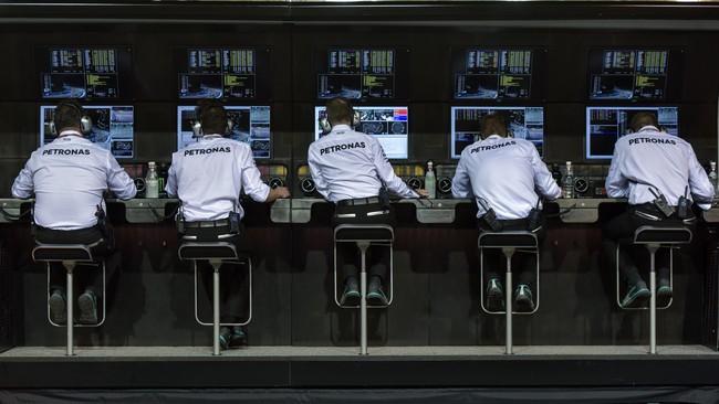 Tim Mercedes pun harus siap-siap menyaksikan pertarungan sengit antara Lewis Hamilton dan Nico Rosberg mengingat keduanya kini hanya berselisih dua poin di klasemen sementara. (AFP PHOTO / Anthony WALLACE)