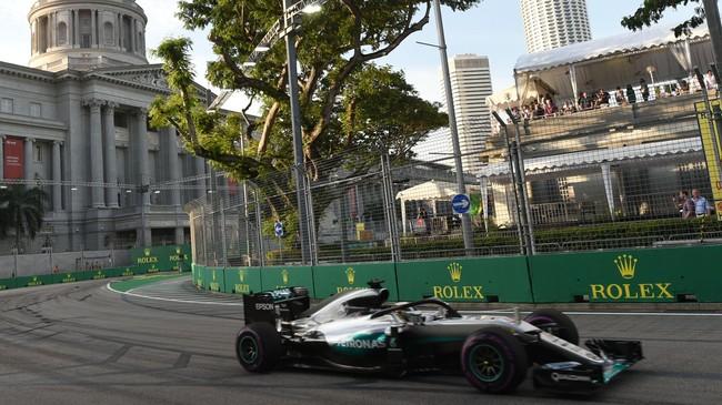 GP Singapura juga merupakan salah satu seri balapan paling lama dan mendekati batas maksimal durasi balapan selama dua jam. (AFP PHOTO / ROSLAN RAHMAN)