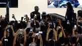 Lewis Hamilton menyempatkan diri mengikuti sesi jumpa penggemar yang digelar beberapa hari sebelum balapan. Hamilton sendiri menyesalkan beberapa masalah pada mobilnya di balapan kali ini. (AFP PHOTO / ROSLAN RAHMAN)