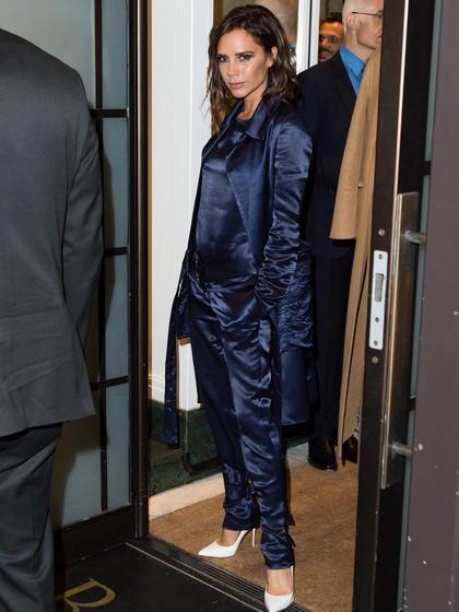 Gaya Stylish Victoria Beckham dengan Jumpsuit & Coat Satin