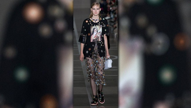 Christopher Kane Angkat Derajat Crocs di London Fashion Week d7bf74d256