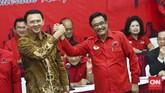 Basuki Tjahaja Purnama (Ahok) berjabat tangan dengan wakilnya, Djarot Saiful Hidayat, saat diumumkan PDIP sebagai pasangan calon gubernur dan wakil gubernur dari partai itu di Kantor DPP PDIP, Jalan Diponegoro, Menteng, Jakarta Pusat, Selasa 20 September 2016. Keduanya merupakan petahana. (CNN Indonesia/Adhi Wicaksono)