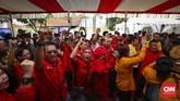 Kader PDIP menyambut kedatangan Ahok dan Djarot di Gedung KPU DKI Jakarta untuk mendaftar sebagai calon gubernur dan wakil gubernur, Rabu 21 September 2016. (CNN Indonesia/Adhi Wicaksono)