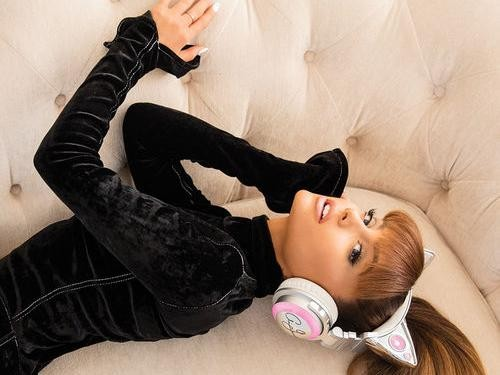 Ariana Grande Rilis Headphone Bertelinga Kucing