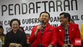 Basuki Tjahaja Purnama (Ahok) dan Djarot Saiful Hidayat didampingi Ketua Umum PDIP Megawati Soekarnoputri saat mendaftar ikut serta Pilkada 2017 ke KPU DKI Jakarta, Rabu 21 September 2016. Pasangan ini diusung PDIP, Golkar, NasdDm, dan Hanura. (CNN Indonesia/Adhi Wicaksono)
