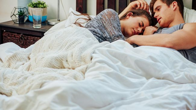 Makna di Balik 10 Posisi Tidur Bersama Pasangan