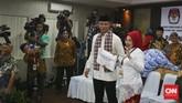 Agus Harimurti Yudhoyono dan Sylviana Murni menyerahkan dokumen pendaftaran ke KPU DKI Jakarta, Jumat 23 September 2016. Untuk bertarung di Pilkada 2017, Agus telah mundur dari TNI, dan Sylvi mundur dari jabatan Deputi Gubernur DKI Jakarta. (CNN Indonesia/Adhi Wicaksono)
