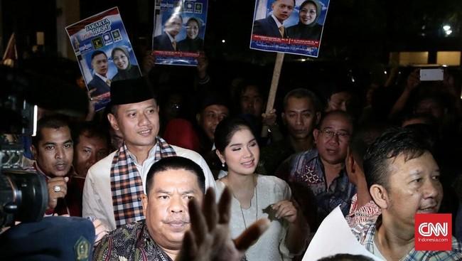 Agus Harimurti Yudhoyono didampingi sang istri, Anissa Pohan, berjalan dari Kantor DPP Demokrat di Wisma Proklamasi menuju KPU DKI Jakarta di Salemba Raya, untuk mendaftar ikut Pilkada 2017, Jumat malam 23 September 2016. (CNN Indonesia/Andry Novelino)