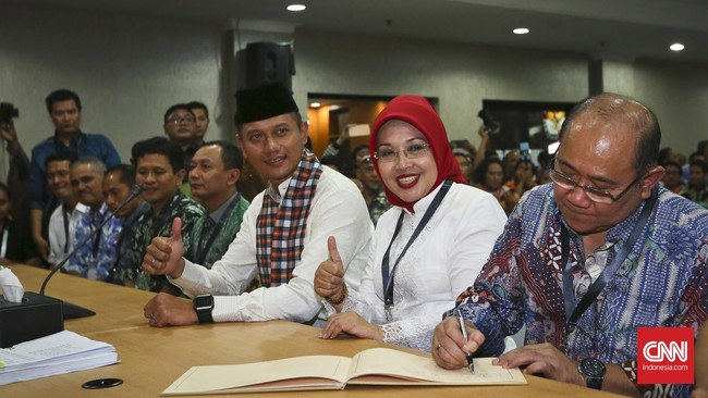 Agus Harimurti Yudhoyono dan Sylviana Murni didampingi partai pengusung, menyerahkan dokumen pendaftaran keikutsertaan Pilkada ke KPU DKI Jakarta, Jumat 23 September 2016. Pasangan ini diusung Poros Cikeas yang terdiri dari Demokrat, PAN, PPP, dan PKB. (CNN Indonesia/Adhi Wicaksono)