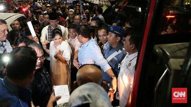 Bang Agus-Mpok Sylvi Dilepas dengan Marawis ke KPUD Jakarta
