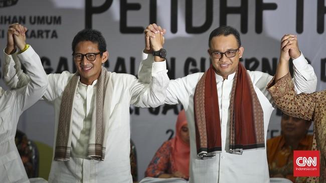 Anies Baswedan dan Sandiaga Uno menyerahkan dokumen pendaftaran keikutsertaan Pilkada ke KPU DKI Jakarta, Jumat 23 September 2016. Pasangan ini diusung Gerindra dan PKS. (CNN Indonesia/Adhi Wicaksono)