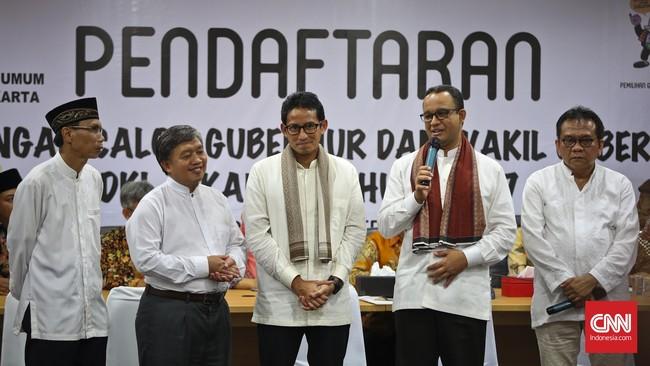 Anies Baswedan dan Sandiaga Uno didampingi perwakilan partai pengusung menyerahkan dokumen pendaftaran keikutsertaan Pilkada ke KPU DKI Jakarta, Jumat 23 September 2016. (CNN Indonesia/Adhi Wicaksono)