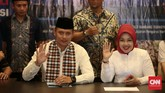 Agus Harimurti Yudhoyono dan Sylviana Murni menyambangi Kantor DPP Demokrat sebelum mendaftar sebagai calon gubernur dan wakil gubernur ke KPU DKI Jakarta, Jumat 23 September 2016. (CNN Indonesia/Andry Novelino)