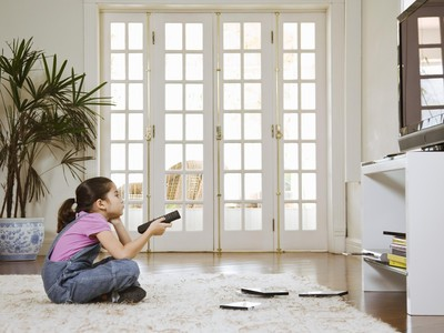 4 Manfaat Positif Dampingi Si Kecil Nonton TV