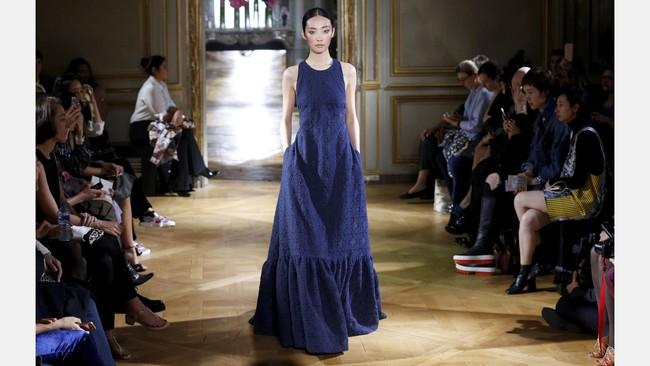Pascal Millet juga termasuk salah satu desainer yang tampil dalam panggung pekan mode Paris Fashion Week Spring/Summer 2017. (REUTERS/Charles Platiau)