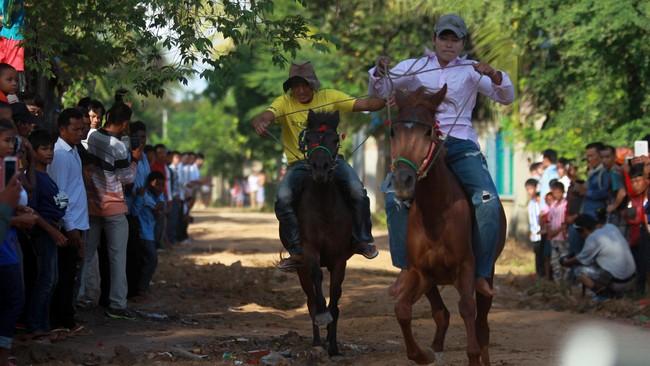 Pchum Ben termasuk festival keagamaan yang diadakan selama 15 hari. Puncaknya, pada tanggal 15 bulan kesepuluh sesuai kalender Khmer. (REUTERS/Samrang Pring)