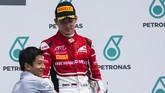 Rio Haryanto memberikan trofi kepada pebalap ART, Charles Leclerc, yang meraih podium ketiga pada race pertama GP3.(Sam Bloxham/GP3 Series Media Service)