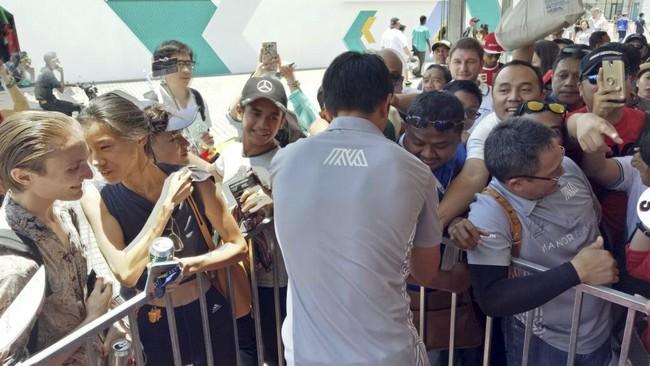 Meski tidak membalap di GP Malaysia, Rio Haryanto merupakan pebalap yang paling banyak diburu penggemar di Sirkuit Sepang.(Cep Goldia/Media Relations Rio Haryanto)