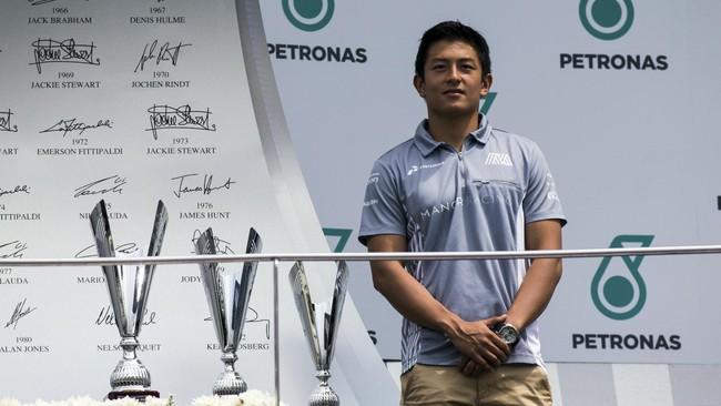 Tidak hanya melakukan jumpa penggemar, Rio Haryanto juga didaulat menjadi pemberi trofi pada balapan GP3 Series di Sirkuit Sepang. (Cep Goldia/Media Relations Rio Haryanto)