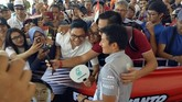 Rio Haryanto yang kini berstatus pebalap cadangan Manor Racing dengan sabar meladeni permintaan foto bersama dan tanda tangan ratusan penggemar.(Cep Goldia/Media Relations Rio Haryanto)