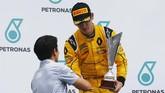 Rio Haryanto memberikan selamat sekaligus trofi kepada pebalap asal Thailand Alexander Albon yang memenangi balapan pertama GP3 Malaysia. (Sam Bloxham/GP3 Series Media Service)