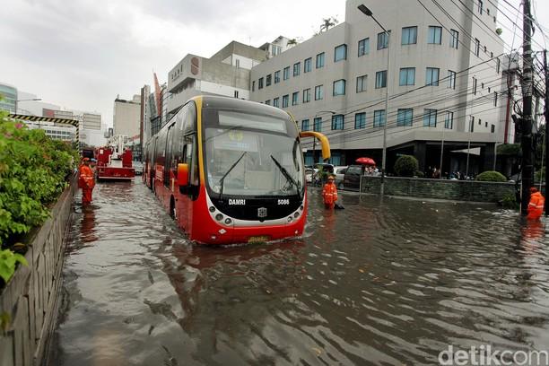 Jalan Trunojoyo Terendam Banjir