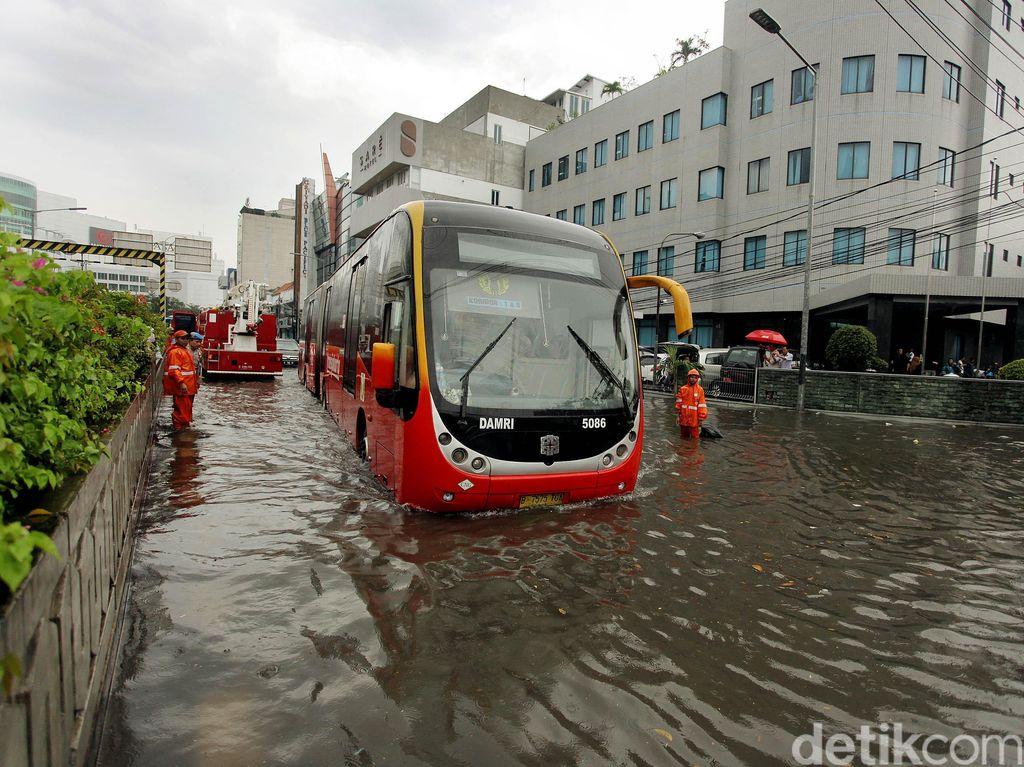 Hujan deras yang terus mengguyur wilayah Jakarta membuat Jalan Trunojoyo, Blok M, terendam banjir.