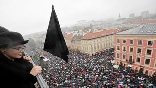 Perempuan Polandia Memprotes RUU Larangan Aborsi