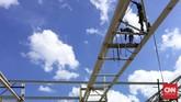 Sejumlah pekerja mengerjakan rangka atap Bandara Supadio, di Pontianak, Kalimantan Barat, Rabu (5/10).