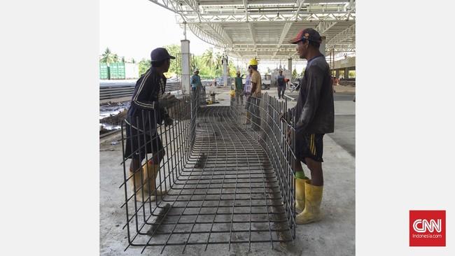 Sejumlah pekerja PT Hutama Karya berdiskusi untuk melanjutkan pembangunan terminal Bandara Supadio tahap II, yang senilai Rp314 miliar.