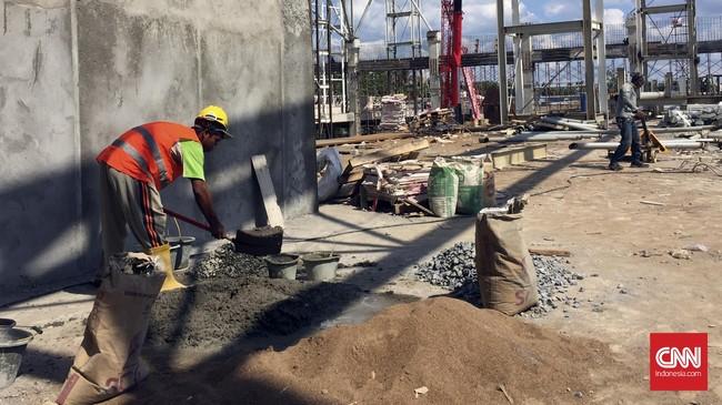 Seorang pekerja proyek pengembangan Bandara Supadio, Pontianak mengolah material yang didatangkan dari luar pula Kalimantan.