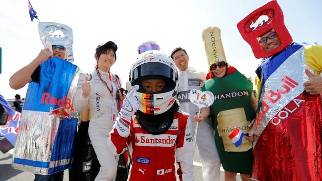 Seorang bocah penggemar pebalap asal Jerman Sebastian Vettel dari tim Ferrari berpose terdepan jelang rangkaian seri grand prix Formula One Jepang di sirkuit Suzuka, 6 Oktober 2016. (REUTERS/Toru Hanai)