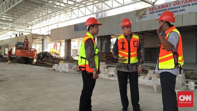 Andra Y. Agussalam, Direktur Keuangan PT Angkasa Pura II (Persero) dan Bayuh Iswantoro, General Manager Bandara Supadio di Pontianak, meninjau perkembangan proyek.